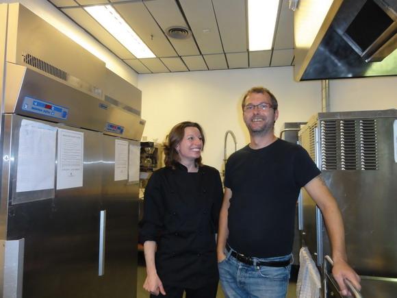 Køkkenassistent Lene Andersen og køkkenleder og pædagog Michael Andersen holder pause før servering af aftensmad.