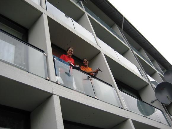 Jenny og Pernille pudser vinduer