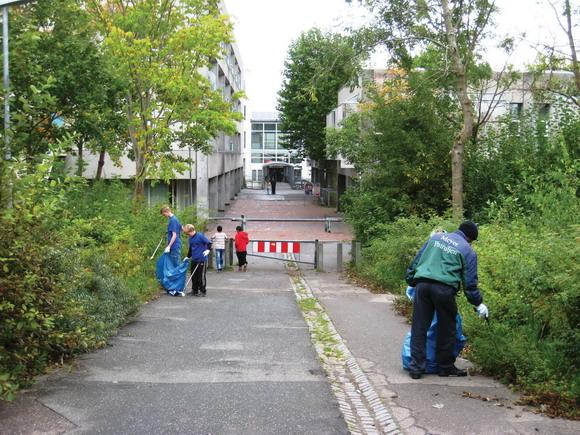 Meyere og frivillige samler affald på bystien