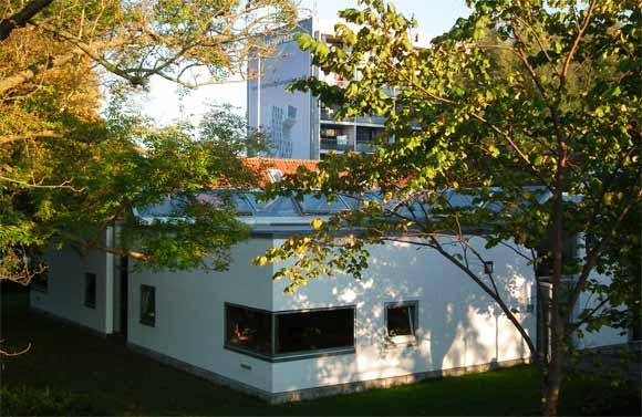 Brabrand Boligforenings administrationsbygning på Gudrunsvej 10 A