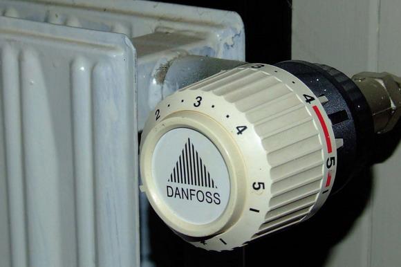 Arkivfoto: radiator med Danfoss termostat