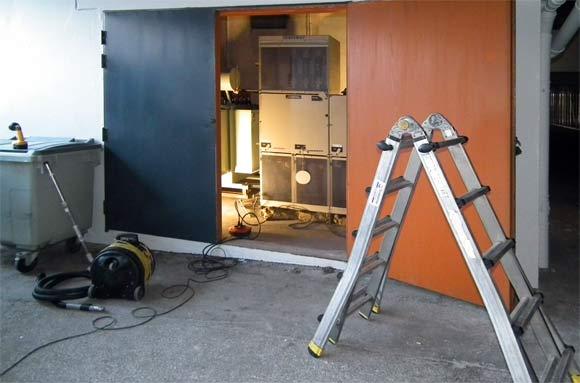 El-skabe og installationer i hovedstationen rengøres bl.a. med støvsuger der får strøm fra et nødstrømsanlæg. Foto: Ulrik Ricco Hansen
