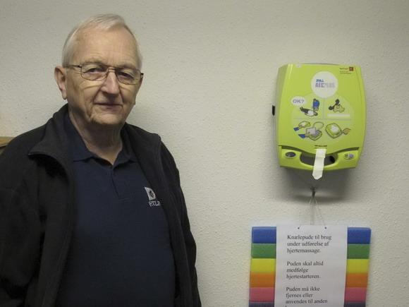 Gert Brügge viser hjertestarteren
