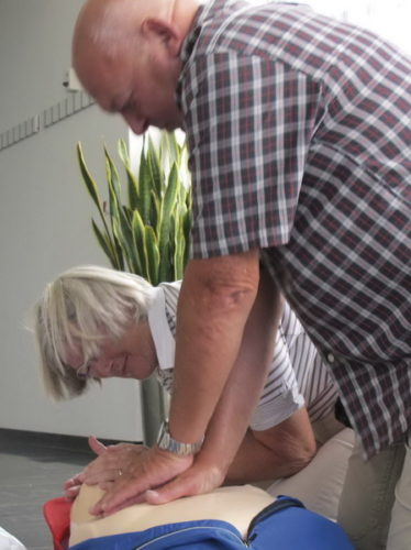 Hjertestarter. Kirsten og Finn træner i brug af hjertestarteren
