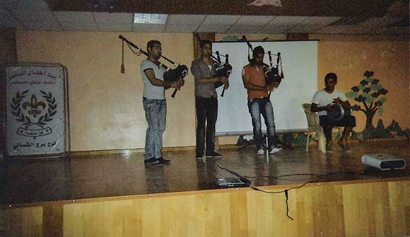 Underholdning i flytningelejren i Tyrus