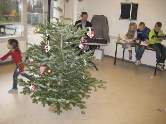 Pianist bag juletræet
