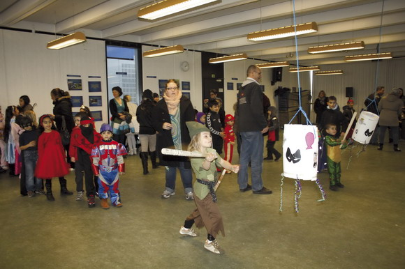 I Gellerup var der godt 200 børn, og der var besøg af Ballon Ole som pustede ballondyr.