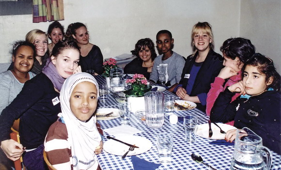 Børn i Gellerup kan nu være med i en god og sjov madklub, som mødes hver tirsdag i Tousgårdsladen. Starten gik i februar, og hver tirsdag mødes børnene for at lave maden. Projektet laves i samarbejde mellem Ungdommens Røde Kors, Tousgårdsladen og Sundhedscafeen. Foto: Bo Sigismund.