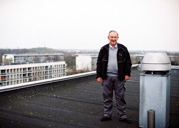 Bjarne Bilde nyder udsigten fra elevatortårnet på en af de høje blokke på Gudruns