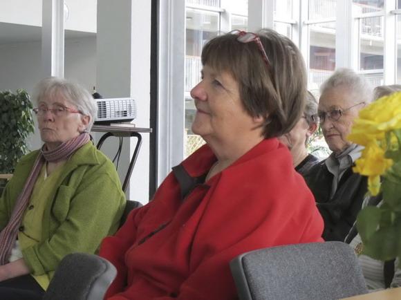 Karen M, Karen H og Vita P følger interesseret med