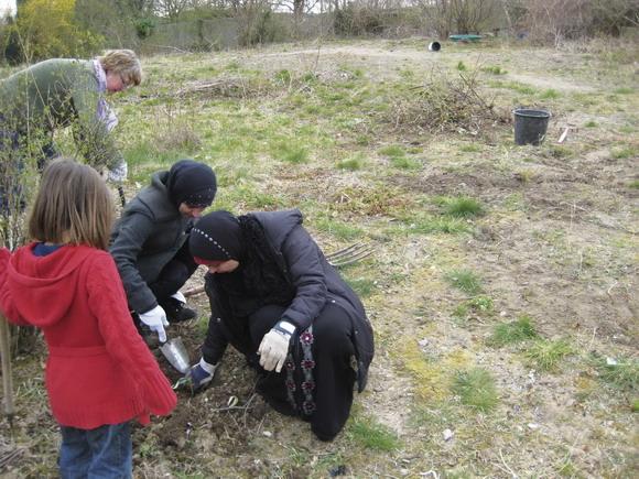 Kvinder og børn gik til sagen med stor arbejdsiver, da der skulle ryddes op i vildnisset i Toveshøjhaven.