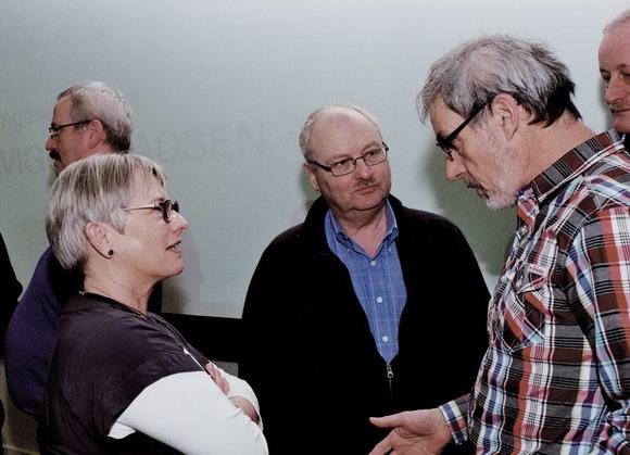 Der var interesse for emnerne  - her er det Karen, Jesper og Asger fra afdeling 1, der diskuterer.