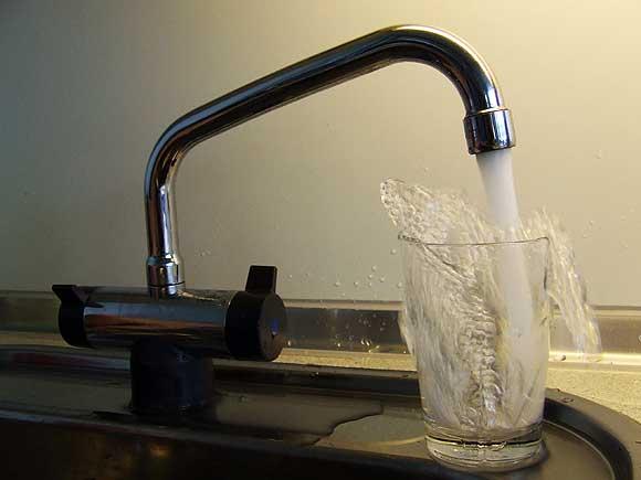 Arkivfoto af Ulrik Ricco Hansen. En typisk vandhane med et greb til koldt vand (åben på billedet) og at andet til varmt vand.