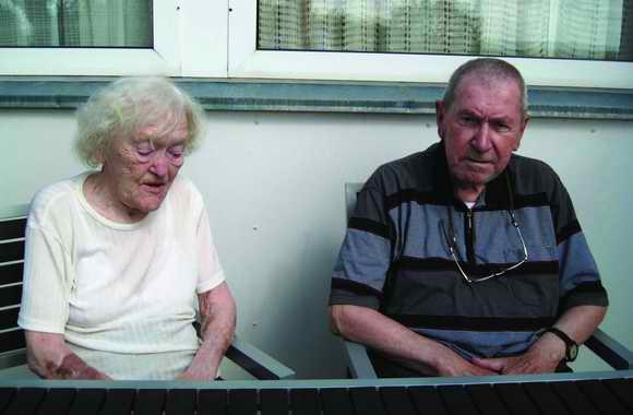 Niels Schjeldahl er ikke mere så mobil, så hans faste bænk sammen med fruen er et par stole hjemme i rækkehusets have.