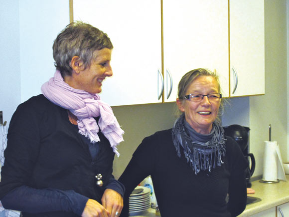 Benedikte Erlykke fra fællessekretariatet udveksler erfaringer med Susanne Rønne