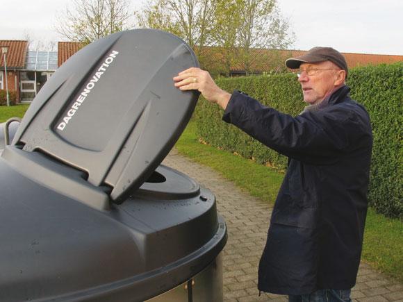 Poul Erik Nielsen viser en  Molok-affaldscontainer
