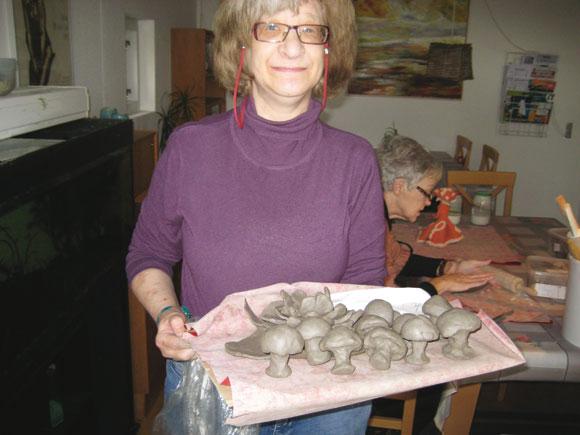 Karen med svampe og blomster