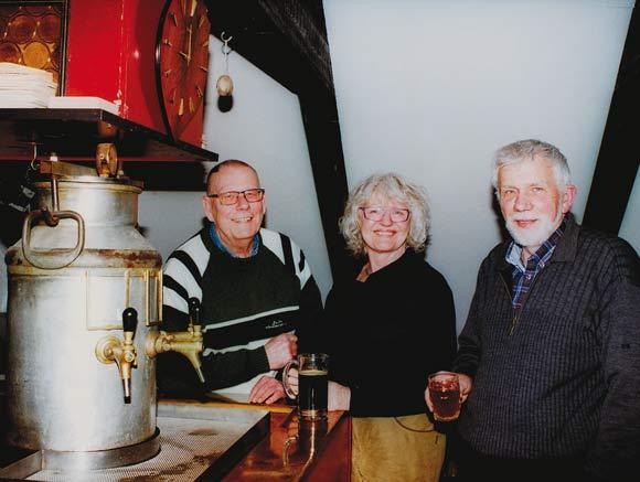 De tre æremedlemmer Bjarne og Eva Laursen og Bent Kanstrup nyder god håndbrygget øl i baren.
