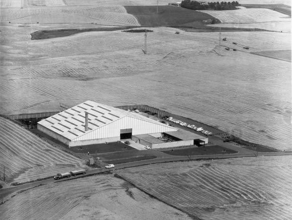 Billedet er fra 1964 og viser virksomheden Jysk Varmekedelfabrik omkranset af marker. I disse bygninger har vi i dag Bazar Vest, og på markerne omkring er opført blandt andet Toveshøj