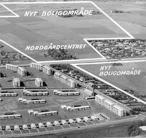 Billedet er fra 1960. I forgrunden ses Søvangen, og hvor der står Nordgårdcenteret, blev siden Gellerupcentret, det vil sige City Vest, opført. På det indrammede område byggedes nogle år senere Gellerupparken. Øverst i billedet anes træerne omkring Tousgården