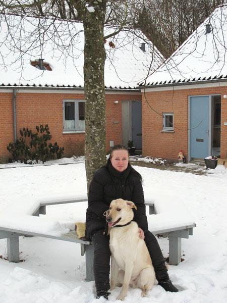 Katrine og Balto på bænken om lindetræet i Borumtoften