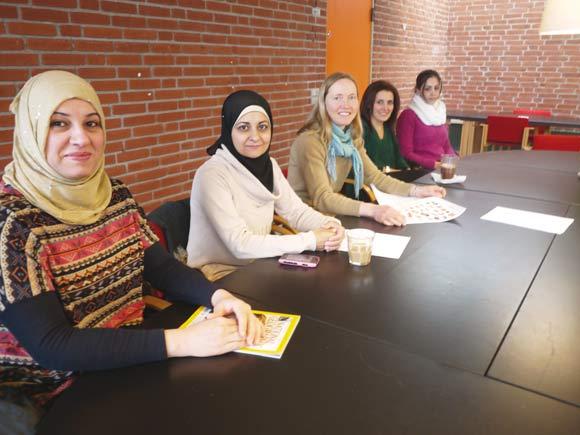 Forældrene til børnene i Tovshøjskolens indskoling lærer om mad og sundhed. Janne Grøntved Larsen fra Gellerup Højskole sidder i midten