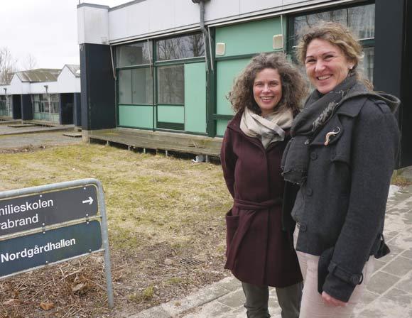 Anne Jøker og Mette Høy Søndergaardgenser deres gamle skole før nedrivningen.