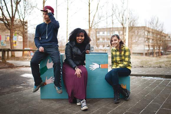 Forsiden: Tre unge bænkebyggere på en Gellerupbænk, bænke, som til foråret kommer ud og pynter i Gellerupparken og Toveshøj.  Foto: Martin Ljung Krabbe