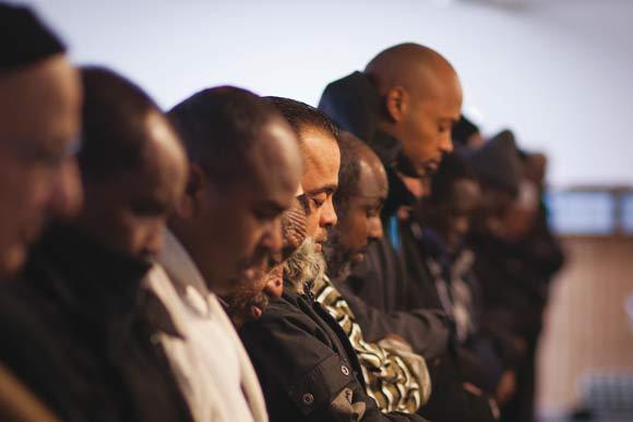 Der kommer normalt 3-400 bedende til Fredens Moské,