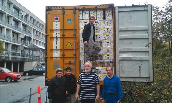 I efterårsferien sendte Allan Fisker endnu en fuldt pakket container af sted til Riga. Selv om flere af de faste slæbere meldte afbud på grund af ferien, gik arbejdet hurtigt med at få stablet de 1638 banankasser, som kan presses ind i den store 40 fods container, som denne gang blev fyldt med 130 kasser med sko, 49 kasser legetøj, 28 kasser tasker, 28 kasser køkkenudstyr og 1403 kasser genbrugstøj. Fra Skræppebladet december 2012