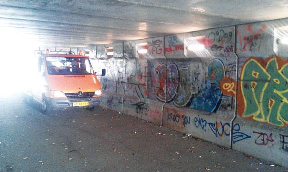 Fra Skræppebladet december 2012: Tunnellerne under Silkeborgvej og Louisevej er blevet meget bedre oplyst med de nye LED-lamper. Nu trænger væggene til at blive malet, mener Gellerup Fællesråd.