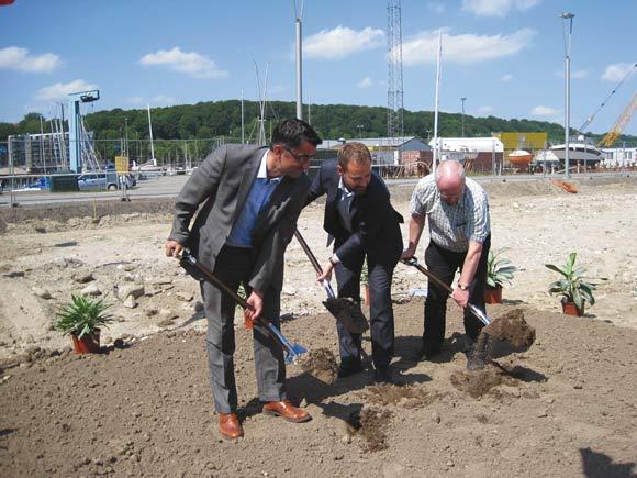 Forsiden: 1. spadestik ved de nye Havnehuse Foto: Elsebeth Frederiksen