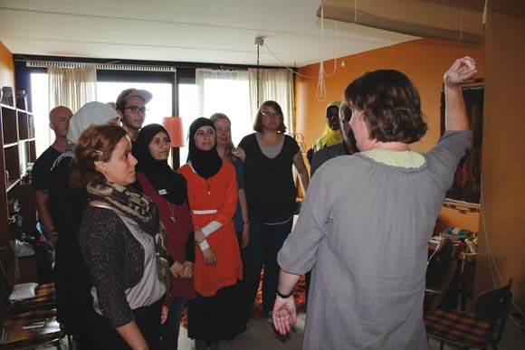 Tine Jensen Enkelund fra Gellerup Sekretariatet, der selv er byguide, gav gode staldtips til, hvordan man styrer en gruppe gæster, der skal vises rundt.