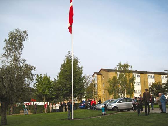 Flaget hejses, og der synges fællessang