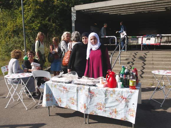 Perlevennerne fra Gellerup flyttede deres café ned til tunnelen og bød på kaffe, te og kage i den festlige anledning til alle, som kom forbi