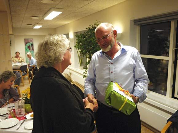 Billedtekst (kun online): Afdelingsbestyrelsesformand Aase Asmus Christensen giver en afskedsgave til boligforeningens direktør Torben Overgaard