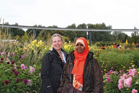 Anett S. Christiansen og Ilham Mohamed midt i farverne
