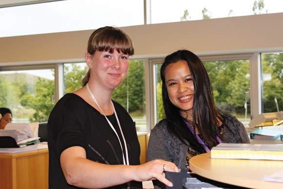 Helle Vestergaard Raj (t.v.) og Maria Urban er begge nyansatte i bogholderiet