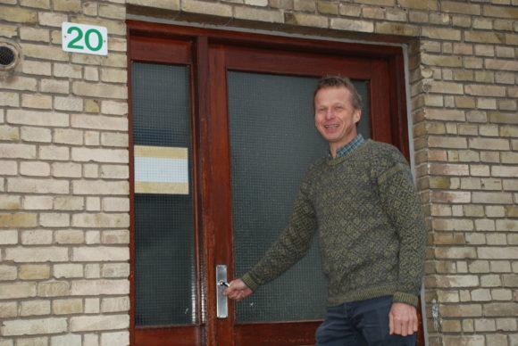 vores nye direktør foran indgangen til Louisevej 20 hvor hans familie boede da han blev født