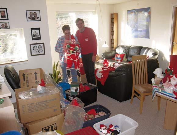 Winnie og Pers stuer er proppet med julekasser, som venter på at blive pakket ud