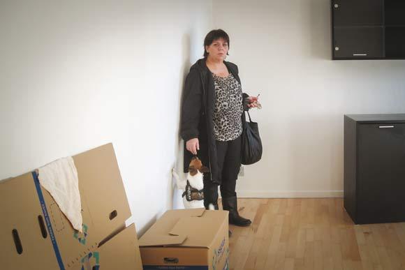 Malene i sin stue, der er pakket ned, mens hun venter på, at den renses for skimmelsvamp. Arkivfoto af Kirsten Hermansen, Skræppebladet december 2013.