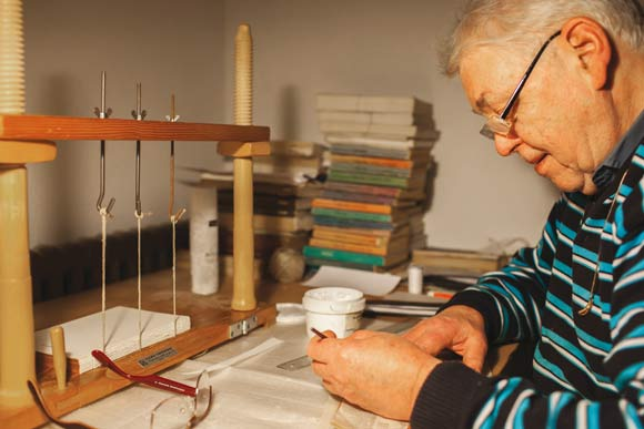 Peter Kjellerup har en taske fuld af værktøj, som han bruger til sin hobby