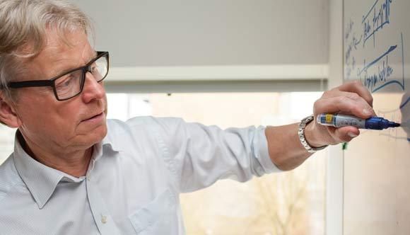 Som projektchef har Ole Bech mange bolde, som skal holdes i luften - her tegner og fortæller han for Skræppebladets udsendte