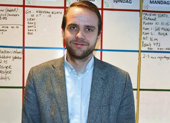 Rådmand Thomas Medom på besøg hos Filmprojekt Gellerup i kælderen på Tovshøjskolen, hvor han engang har arbejdet som lærer.
