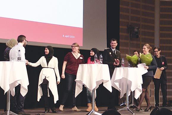 Fem guider er på podiet for at modtage den flotte pris. Justitsminister Karen Hækkerup står klar til at uddele buketter. (foto: Jesper Poulsen-Hansen/ Gemeinschaft)