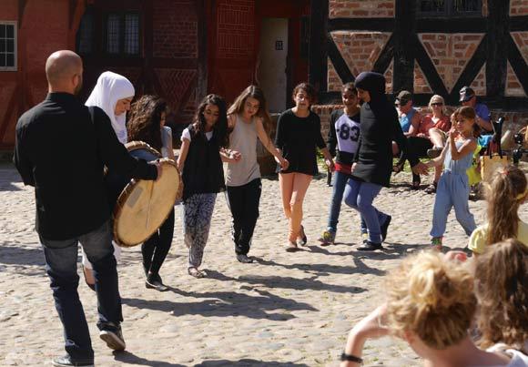 Dans fra Gellerup: Der blev danset på torvet udenfor vores kuffertlokale.