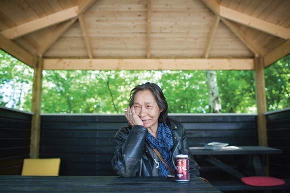 Elisa Oline Reimer er en glad bruger af det nye skur. Dog vil hun gerne have fjernet nogle grene, så der kan komme mere sollys ind.