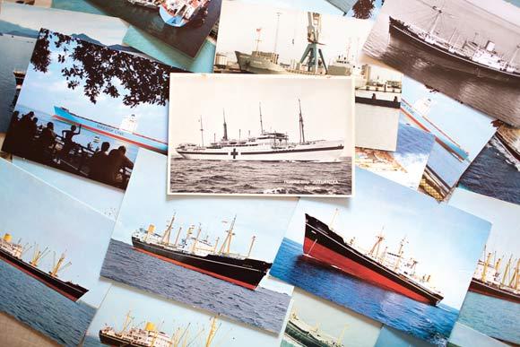 """Samlingen indeholder flere hundrede kort. Læg mærke til hospitalsskibet """"Jutlandia"""" i midten."""