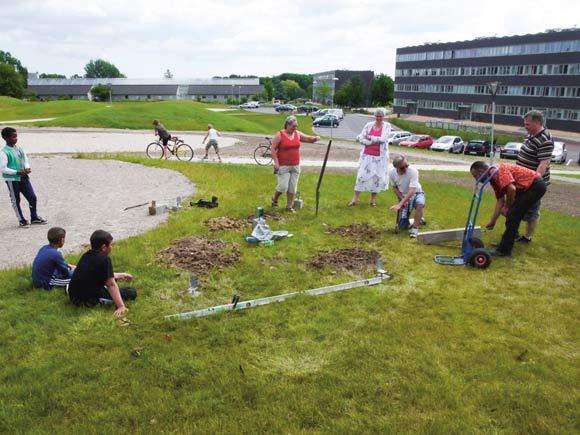 Arkivfoto: Afdelingsbestyrelsen gravede huller til stolperne til en ny pavillon i parken.