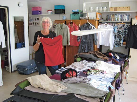 Tøjdamen Anne-Dorthe viser tøj.
